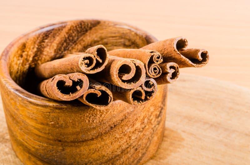 Download Zamyka Up Cynamon Na Drewnianym Pucharze Na Drewnianym Tle Obraz Stock - Obraz złożonej z drewniany, organicznie: 53786581
