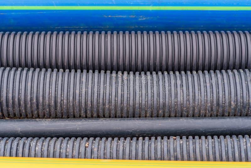 Zamyka up czarne plastikowe drenaży, benzynowych i wodnych drymby w ekskawaci, fotografującej od above zdjęcie stock