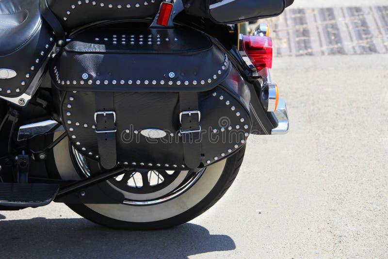 Zamyka up czarny skóry troczący i nabijający ćwiekami motocyklu panna obrazy stock
