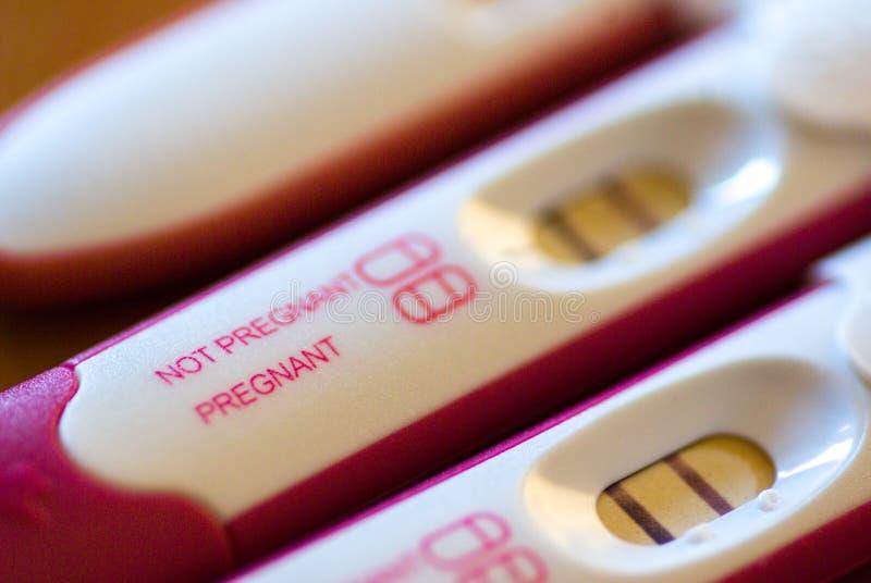Zamyka up czerwoni pozytywni ciążowi testy obraz royalty free