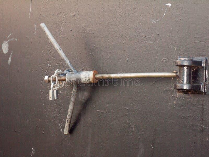 Zamyka up długiego metalu drzwiowy kędziorek na plecy doku czerni drzwi zdjęcia royalty free