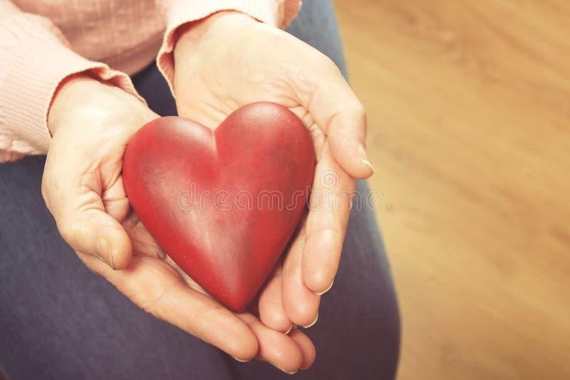 Zamyka up dojrzałe kobiet ręki Opieka zdrowotna daje, karmiący dom Rodzicielska miłość babcia Starość powiązane choroby zdjęcia stock