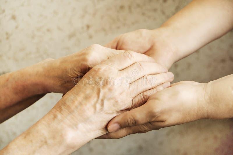 Zamyka up dojrzałe kobiety & pielęgniarki ręki Opieka zdrowotna daje, karmiący dom Rodzicielska miłość babcia Starość powiązane c obraz royalty free