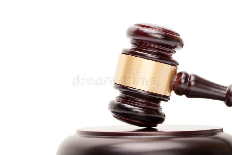Zamyka up drewniany sędziego młoteczek, soundboard na bielu i obraz stock