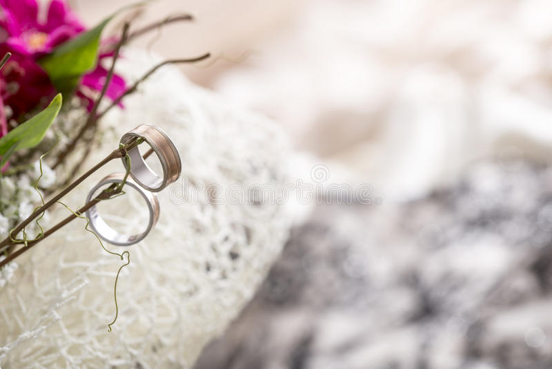 Zamyka Up Dwa obrączki ślubnej Wiesza na gałązkach Bridal bukiet obraz royalty free