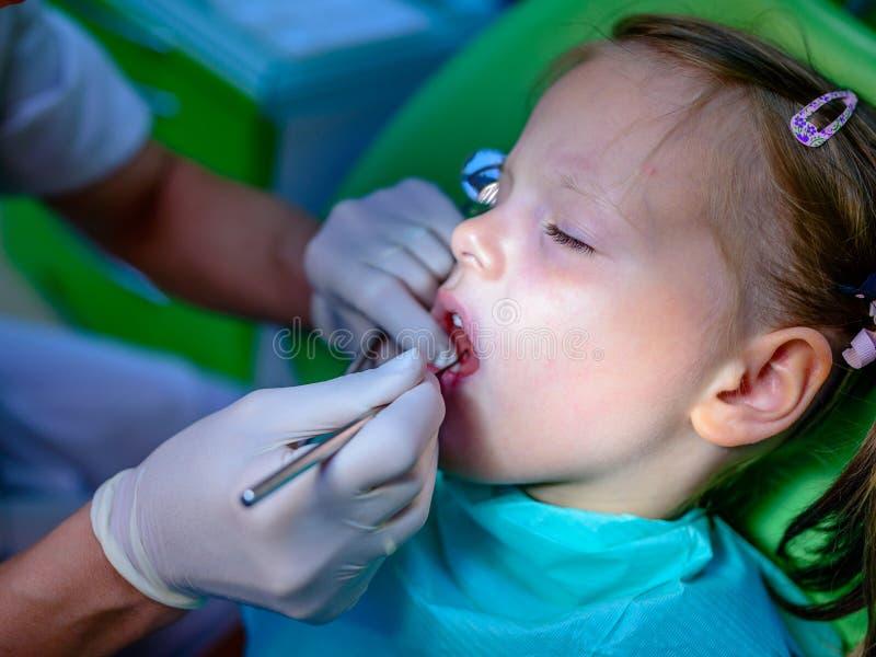 Zamyka up dziewczyna ma jego zęby egzamininujących dentystą zdjęcie royalty free