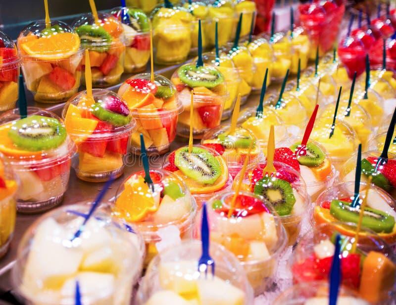 Zamyka up filiżanki z świeżą owocową sałatką zdjęcie stock