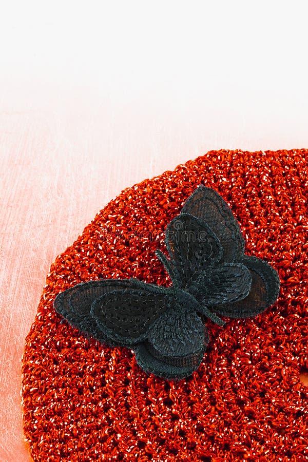 Zamyka up jedwabniczy motyl na ręka szydełkującej miejsce macie zdjęcie royalty free