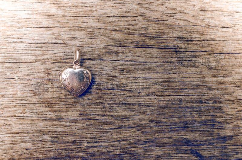Zamyka up kierowy medalion na drewnianym tle z retro stylem zdjęcie royalty free