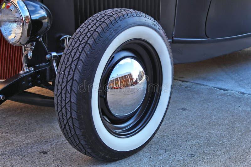 Zamyka up klasyczna stara samochodowa opona i hubcap fotografia stock