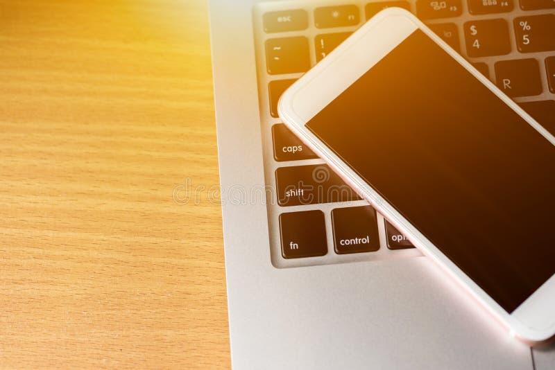 Zamyka up klawiaturowy komputer z telefonu i pastylki tłem fotografia royalty free