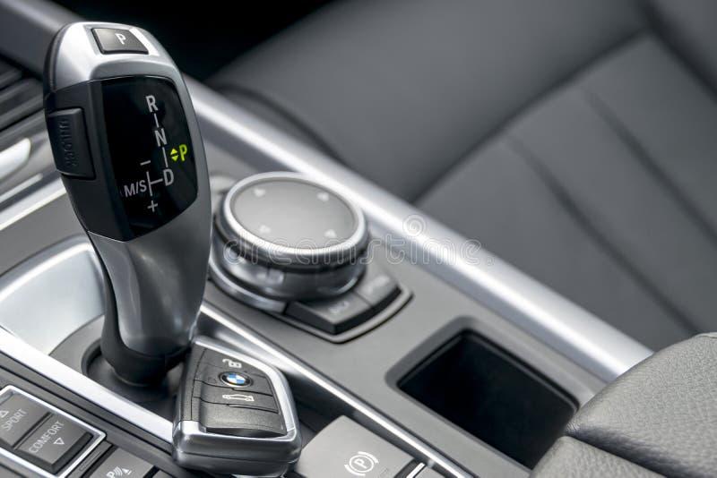 Zamyka up klucze i automatyczny przekładnia kij w czarnym rzemiennym wnętrzu, samochodowi wnętrze szczegóły zdjęcia stock