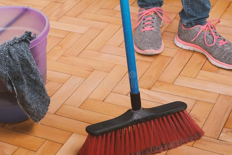Zamyka up kobieta czyści podłoga obrazy stock