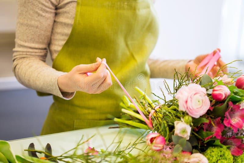 Zamyka up kobieta robi wiązce przy kwiatu sklepem zdjęcia stock
