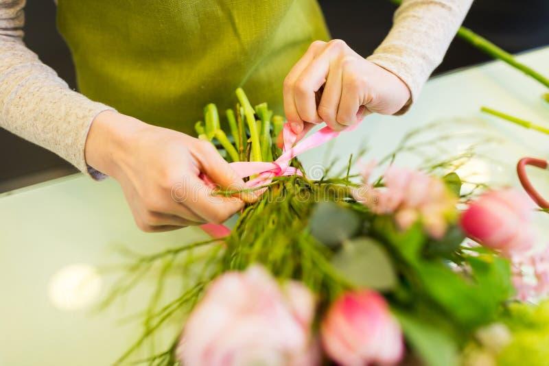 Zamyka up kobieta robi wiązce przy kwiatu sklepem zdjęcia royalty free