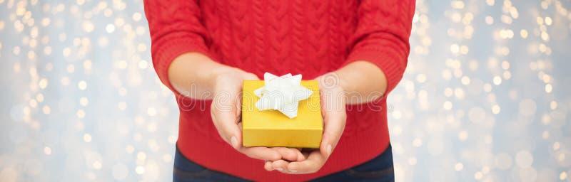 Zamyka up kobieta w czerwonym puloweru mienia prezenta pudełku obraz royalty free