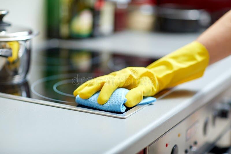 Zamyka up kobiety cleaning kuchenki kuchnia w domu zdjęcie royalty free