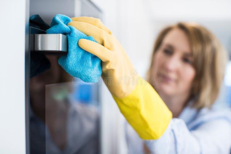 Zamyka Up kobiety Cleaning piekarnik W kuchni zdjęcie royalty free