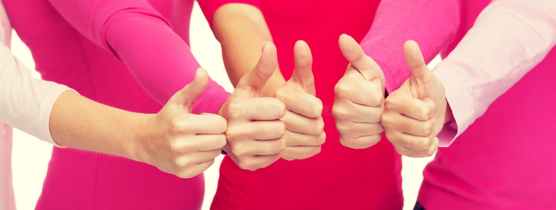 Zamyka up kobiety w różowych koszula pokazuje aprobaty zdjęcie royalty free