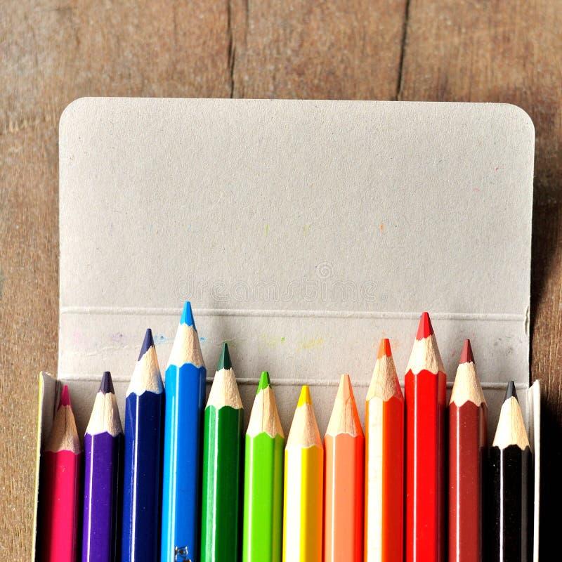 Zamyka up kolorów ołówki w pudełku zdjęcia stock