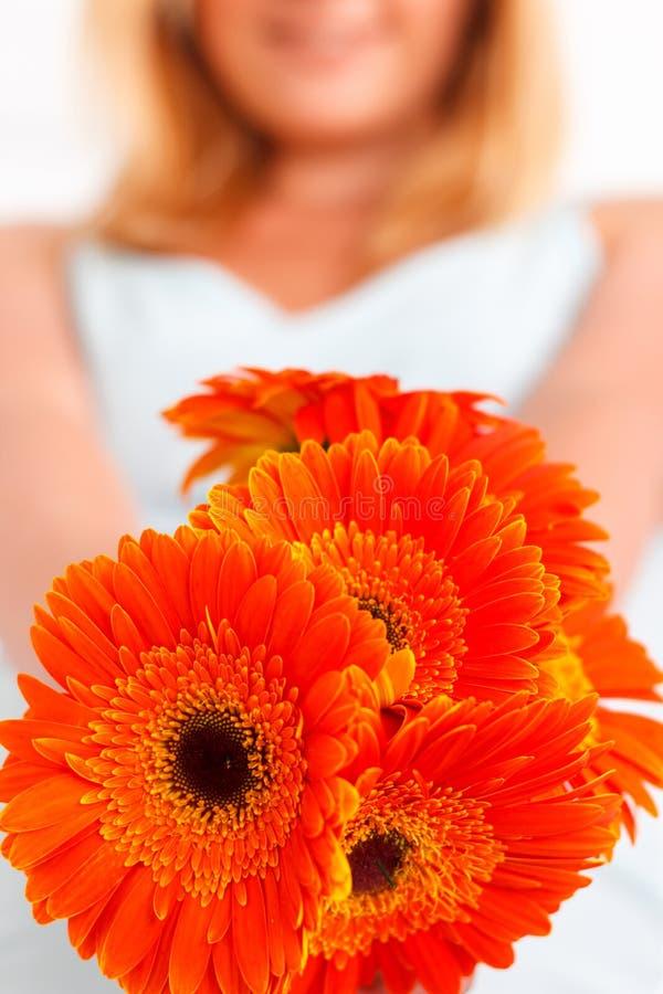 Zamyka up kwiaty trzymający kobietą zdjęcie royalty free