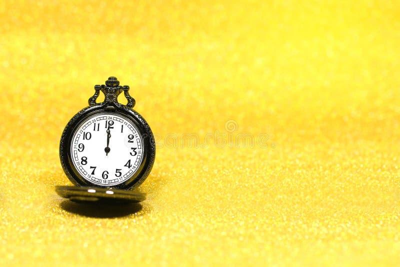Zamyka up luksusowy kieszeniowy zegarek na błyskotliwości tle z kopii przestrzenią obrazy stock