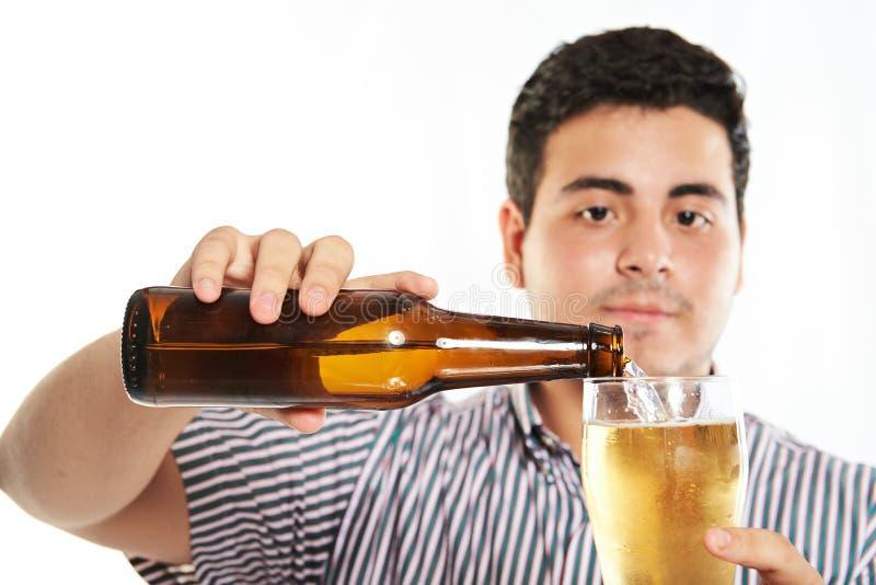 Zamyka up mężczyzna dolewania piwo zdjęcia stock
