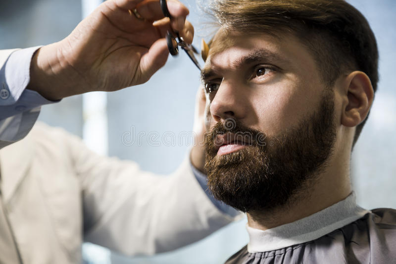 Zamyka up mężczyzna ma jego włosy ciącego obrazy royalty free