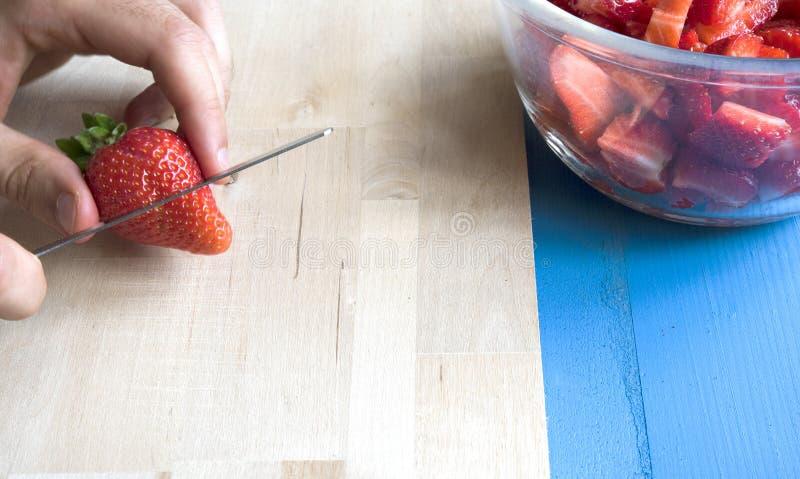 Zamyka Up mężczyzna Przygotowywa Owocowej sałatki obraz stock