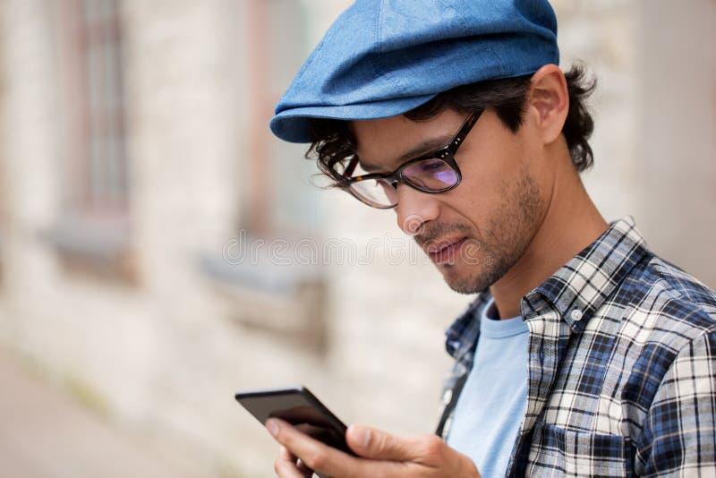 Zamyka up mężczyzna texting wiadomość na smartphone zdjęcia royalty free