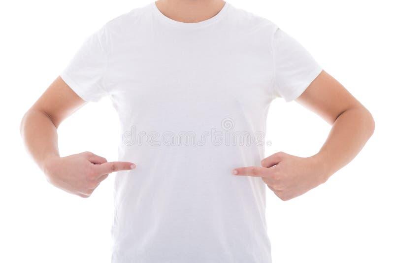 Zamyka up mężczyzna wskazuje przy on odizolowywałem dalej w pustej koszulce zdjęcia stock