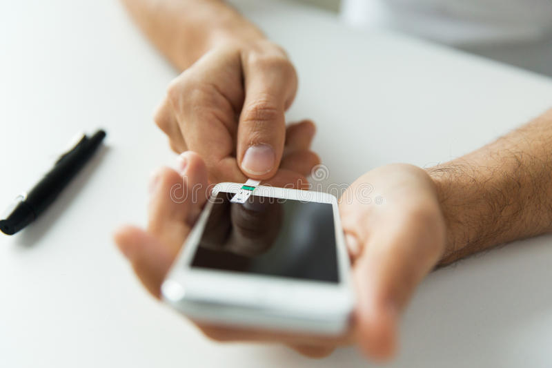 Zamyka up mężczyzna z smartphone robi badaniu krwi obrazy royalty free