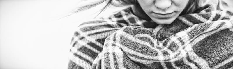 Zamyka up młoda kobieta zakrywająca z koc zdjęcia stock