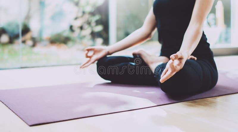 Zamyka up młodej kobiety ćwiczy joga w stażowej sala odizolowywająca pojęcie czarny wolność Calmness i relaksuje, żeński szczęści obrazy royalty free