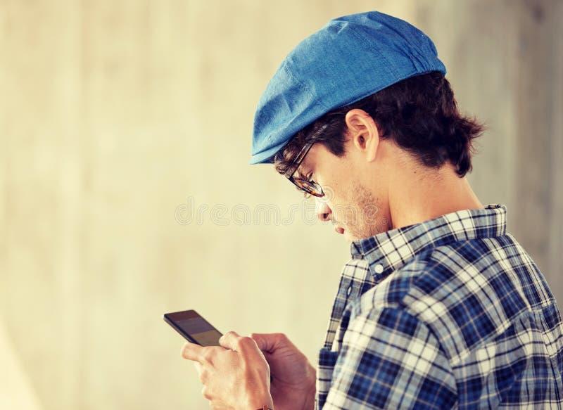 Zamyka up m??czyzna texting wiadomo?? na smartphone zdjęcia stock