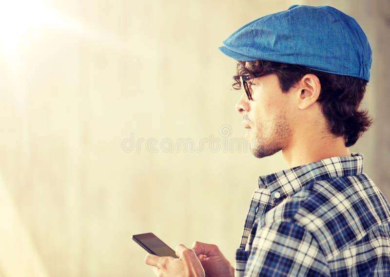 Zamyka up m??czyzna texting wiadomo?? na smartphone zdjęcia royalty free