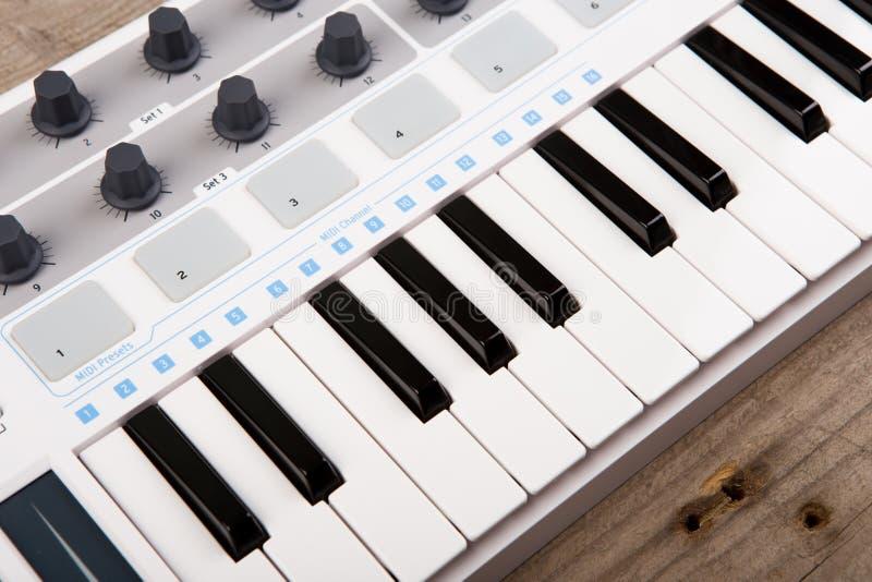 Zamyka up MIDI kontrolera tomowy fader, ga?eczka i klucze, obraz stock
