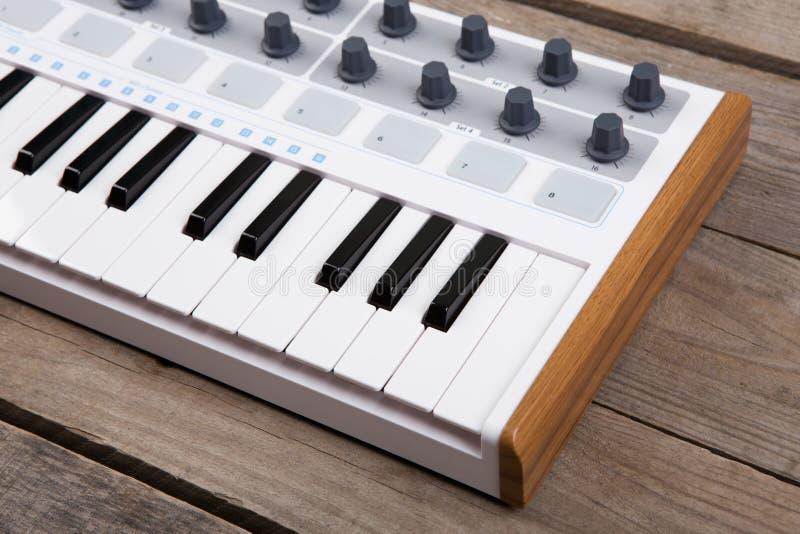 Zamyka up MIDI kontrolera tomowy fader, ga?eczka i klucze, fotografia stock
