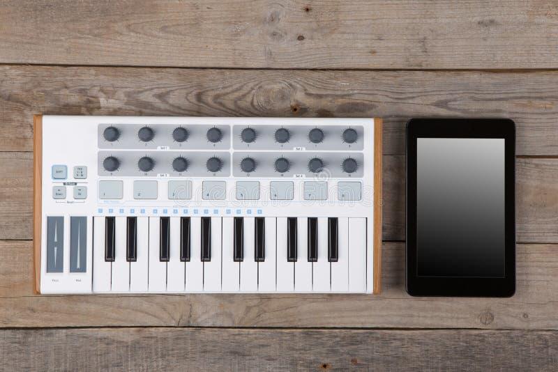 Zamyka up MIDI kontrolera tomowy fader, ga?eczka i klucze, obrazy stock