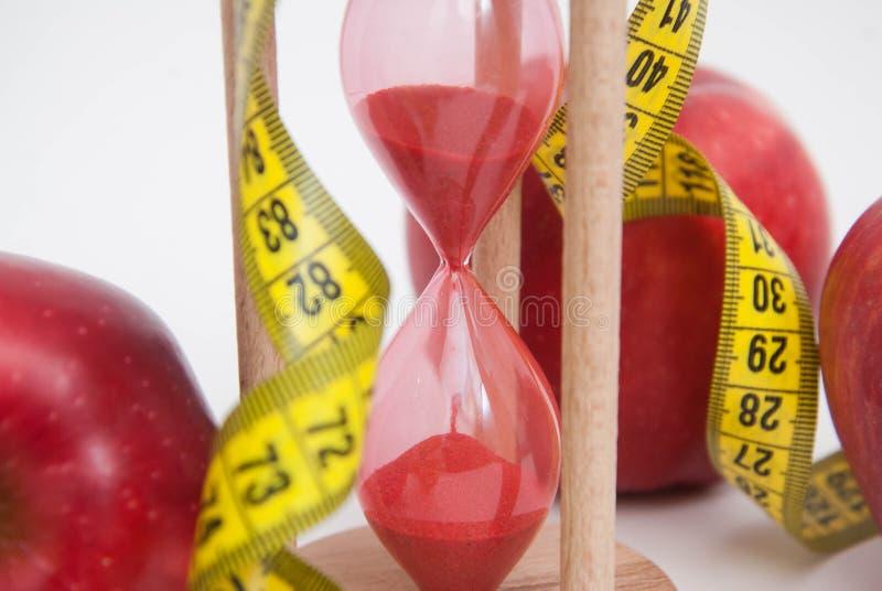 Zamyka Up Mierzyć Metter Grubej palenia i ciężaru straty proces Diety I sprawności fizycznej pojęcie Czerwoni jabłka i taśmy miar zdjęcia stock