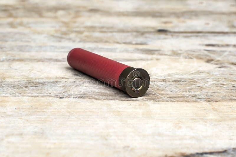 Zamyka up 12mm pocisk na drewnianym stole zdjęcia stock