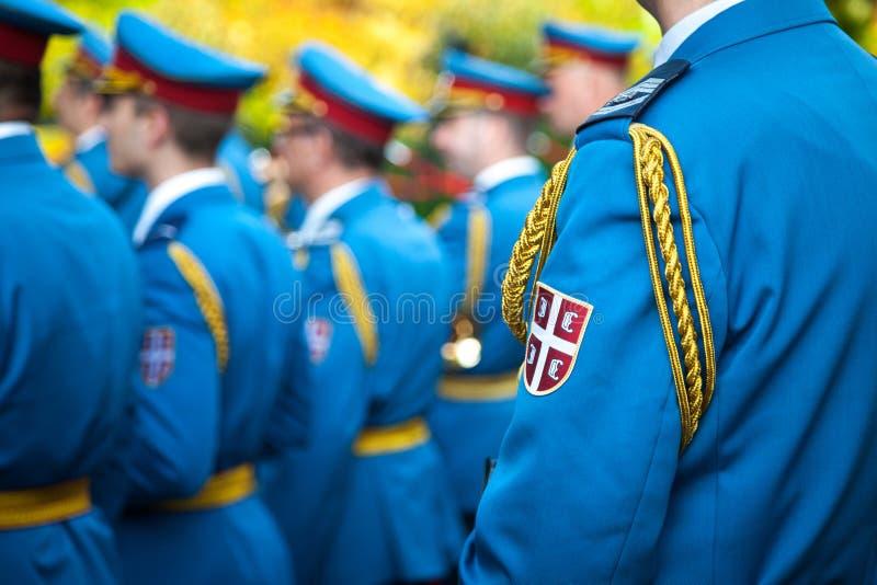 Zamyka up na żakiecie ręki Serbski wojsko na żołnierza formalnym mundurze podczas ceremonii w Belgrade ambasadzie francuskiej fotografia royalty free