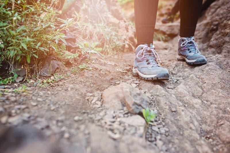 Zamyka up na kobieta trekking butach obrazy stock