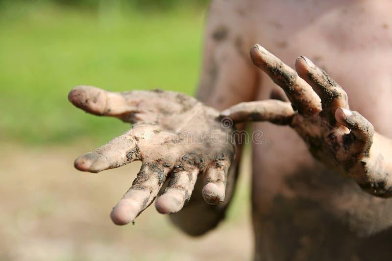 Zamyka up na Mąciłyśmy rękach Little Boy zdjęcie royalty free