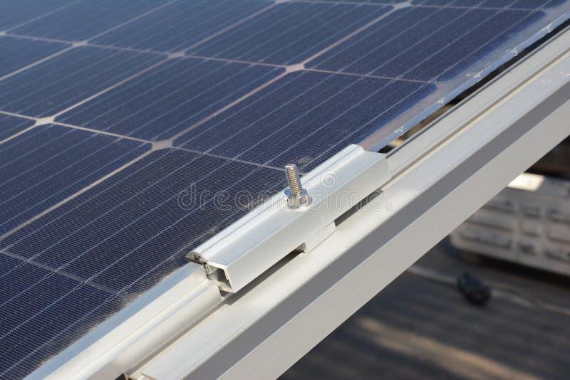 Zamyka up na panelu słonecznego właściciela instalaci zdjęcie royalty free