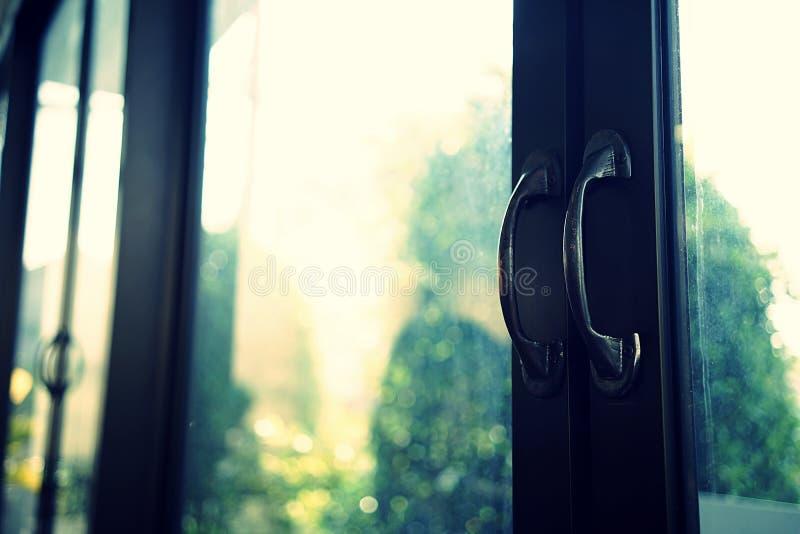 Zamyka up na restauracyjnym entryway zamyka w górę dwoistego szklanego drzwi odbicia tła, Drzwiowe rękojeści robić czarna stal fotografia stock