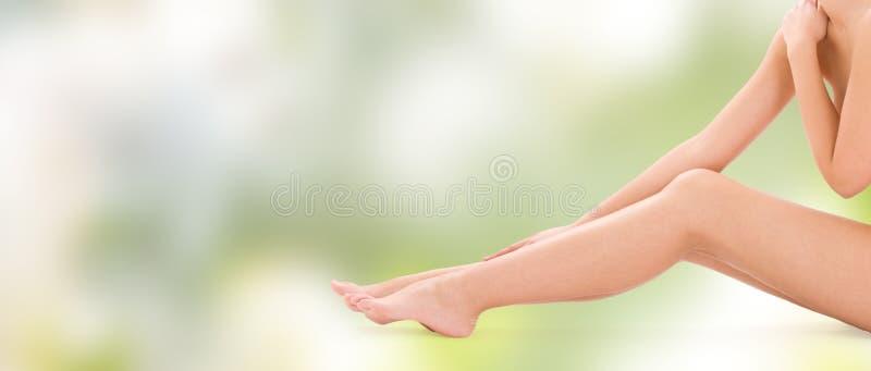 Zamyka up nagie kobiet nogi obraz stock