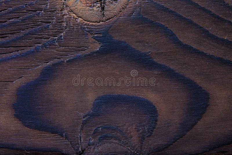Zamyka up naturalna grungy krakingowa drewniana tekstura z kępkami i fotografia stock