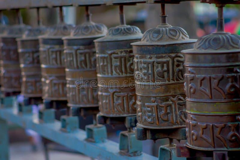 Zamyka up Nepalscy religijni cyzelowania i modlitewni koła przy Swayambhu świątynią także znać jako Małpia świątynia wewnątrz obraz stock