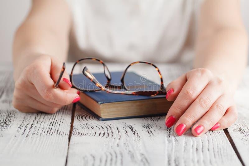 Zamyka up oczu szkła na tekst książce w bibliotece jest edukacja starego odizolowane pojęcia zdjęcia royalty free
